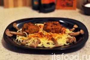 Украсим блюдо маринованными грибами и подаем тефтели из говядины с рисом на стол.