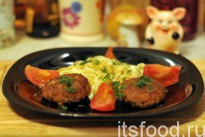 Мы узнали, как приготовить бифштекс из свинины. На гарнир используем макаронные изделия. Украшаем блюдо овощами и зеленью.