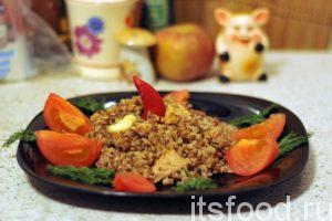 Плов из гречки с курицей готов. Выкладываем его горкой по плоским тарелкам. Украшаем овощами и зеленью. Подаем на стол.