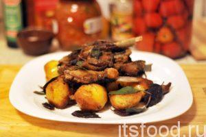 Казан-кабоб по-узбекски готов. Подаем на стол в плоских тарелках. Мясо располагаем по центру.