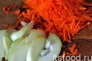 Пока варятся грибы и клецки с тыквой, займемся заправкой для супа. Натрем очищенную морковь на терке, а лук порежем полукольцами. Нагреем растительное масло на сковородке и поместим туда наши овощи.