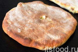 Закладываем противень в духовку и выпекаем осетинские пироги при 200 градусах, достаточно быстро. За этим процессом нужно непрерывно следить, не давая пригореть лепешкам с творогом.