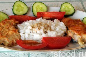 Горбуша в кляре готова. Выкладываем на порционную тарелку отваренный рис, кусочки рыбы и овощи. В рис желательно добавить соевый соус.