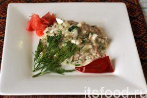 Салат с сайрой консервированной и яйцами готов. Это замечательная холодная закуска. Он может выступать и в роли самостоятельного блюда для перекуса. Подаем салат в плоских порционных тарелках или небольших салатницах. Для любителей острого вкуса, можно положить перчика чили или капнуть острого соуса. Украсим блюдо веточкой укропа и маринованным имбирем.