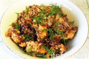 Гречка с курицей готова. Подаем это блюдо на стол в большой глубокой общей тарелке. Можно посыпать его свежей зеленью укропа.
