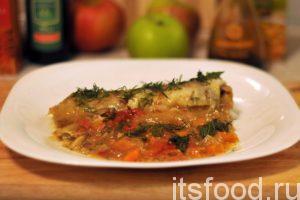 Выкладываем на плоские тарелки порционного минтая в томатном желе. Добавляем желеобразную томатную поливу. Украшаем блюдо рубленой зеленью и подаем на стол.