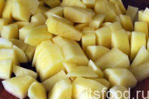 Нарежем очищенный картофель на мелкие кубики и тоже добавим его в кастрюлю. Варим суп с клецками до готовности картофеля. Суп можно досолить, если это необходимо, добавить немного черного перца и лавровый лист. Когда картофель стал мягким, можно снимать суп с огня.