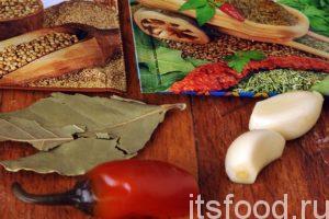 За 1-2 минуты до окончания варки супа с чечевицей добавляем нарезанный красный острый перец, приправы, лавровый лист и раздавленный чеснок.