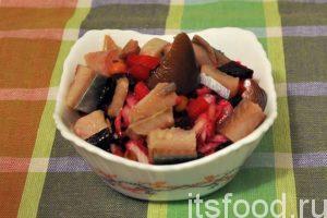 Вспоминаем Похлебкина и разделаем несколько кусочков соленой сельди. После накладывания винегрета, из большого салатника в отдельную посуду, добавим в него кусочки сельди. У нас получилось новое другое блюдо – это винегрет по-русски. Подаем его на стол вместе с «большим» винегретом. Часть винегрета можно отложить в салатник и украсить маслинами. Нет предела совершенству этого вкуснейшего блюда.
