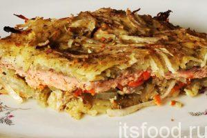 Выкладываем куски запеченного лосося в духовке на большие тарелки и подаем на стол.