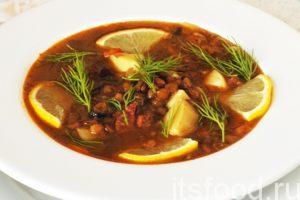 Турецкий суп из чечевицы с грибами и сырокопченой колбасой готов. Это, практически, жгучая и ароматная турецкая солянка, которая вышибает пот, а также любую простуду и дурь из организма. Она улучшает настроение, просветляет ум и бодрит любого едока. Подаем похлебку в глубоких тарелках, украсив веточками укропа, желательно добавить дольки лимона.