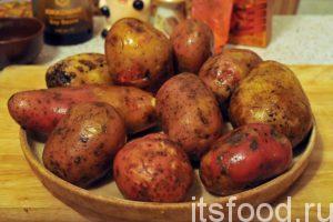 Начинаем готовить картошку по-деревенски на сковороде, для этого нам потребуется около 1 часа: Первым делом промоем картофель. Прошло несколько месяцев после его уборки. Картошечка слегка «постарела». Жучки-червячки и различные бактерии делают свое черное дело. Но это – их жизнь, и она не виноваты.