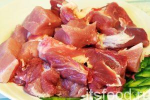 Приступаем к приготовлению свинины жареной с луком на сковороде, нам потребуется 1 час: Промоем кусок свинины средней жирности и нарежем мясо на кусочки размером в 2х2 см, или чуть крупнее.