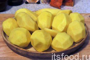 Острый нож и небольшой навык позволяют легко убрать все проблемные места при чистке картофеля.