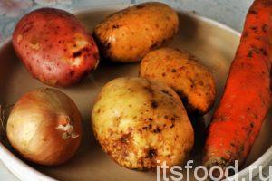Займемся овощами. Промоем и почистим необходимое количество картофеля. Его по объему должно быть примерно, вдвое больше, чем мяса. Промоем и почистим морковь и лук.