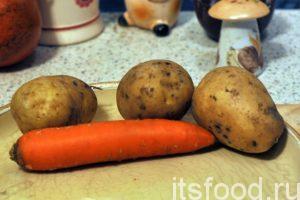 Приготовим овощные компоненты. Нужно промыть и почистить картофель, морковь и лук.