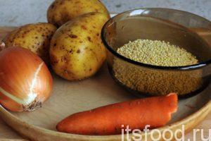 Пока варится бульон, промоем и почистим картофель, морковь и лук. Промоем пшено и добавим его в кипящий на малом огне куриный бульон.