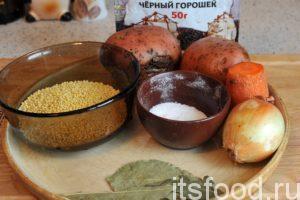 Подготовим овощи и пшено. Картофель, лук и морковь нужно хорошо промыть. Нальем в кастрюлю полтора литра воды и поставим ее на средний огонь. Добавим немного соли и пшено. Начнем разваривать крупу на малом огне. Для этого нам потребуется 10 минут. Можно сразу добавить в кастрюлю черный перец горошком. Он успеет отдать свои ароматы нашему супу.