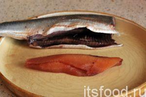 У каждой рыбки нужно отрезать голову и изъять внутренности. Икра и молоки – это ценный пищевой продукт. Их нельзя выбрасывать. Икру можно посолить прямо с селедкой, а молоки великолепны в жареном виде.