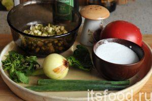 Все овощные компоненты для нашего салата из проросшего маша нужно промыть. Репчатый лук нужно почистить.