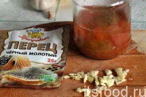 Приготовим основу для маринада: помидорный рассол домашнего приготовления с небольшим количеством томатов (некондиция), чеснок и перец черный молотый.
