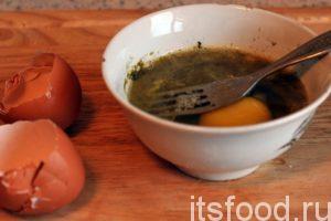 Подготовим «макало». Разобьем 2 сырых куриных яйца в глубокую миску, добавим немного соли и приправу хмели-сунели. С помощью обычной вилки нужно хорошо взбить эту смесь.