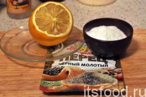 Приготовим компоненты для легкого маринования нашей рыбы: лимон, соль и молотый перец.