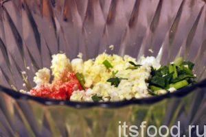 В глубокой посуде измельчим отваренные вкрутую куриные яйца. Добавим к ним мелкую нарезку зеленого лука. Начинку нужно посолить и поперчить. В нее желательно положить немного растительного или сливочного масла. Так будет намного вкуснее. После этого начинка для слоеных пирогов с яйцом и луком тщательно перемешивается.