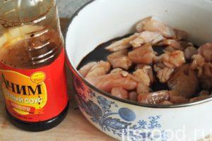 Заливаем соевый соус в курятину и перемешиваем его с кусочками мяса. Курятина маринуется 45-60 минут при комнатной температуре. Соевый соус – это важный элемент питания во всех азиатских странах. Он проходит длительное особое брожение и сложен в изготовлении. Настоящий соевый соус не может стоить копейки.