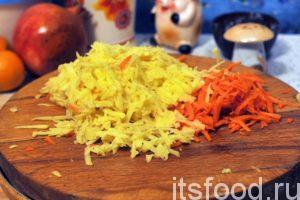 Натираем картофель и морковь на обычной терке в виде соломки и опускаем в кастрюлю с кипящим говяжьим бульоном. Варим натертый картофель минут 7-8 и добавляем в солянку квашеную капусту. Продолжаем варить на малом огне.