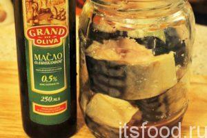 Закладываем куски скумбрии в стеклянную банку, добавляем туда пряности, соль и оливковое масло.