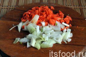 Нарежем лук и морковь.