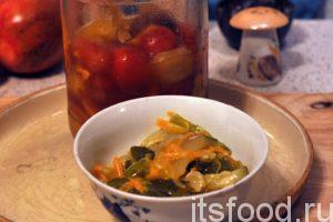 Приготовим заправку для нашей солянки. Для этого нам понадобится домашняя (можно магазинная) овощная консервация: маринованные помидоры «Черри» и немного кисло-сладкого острого салата из огурцов и моркови (типа «Охотничий»).