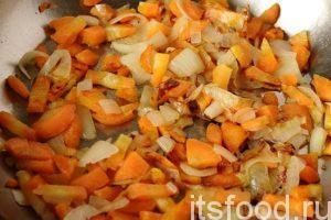 Нальем на сковородку растительное масло и обжарим морковь с луком. После обжарки заправка закладывается в кастрюлю.