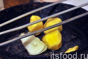Почистим картофель и поместим его в глубокую сковороду. Картофель и лук нужно нарезать на кусочки. Добавляем в картофель чайную ложку растительного масла, немного соли и черного молотого перца. Приготовим шампуры.