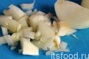 Нарежем очищенный лук на небольшие дольки в произвольном порядке.