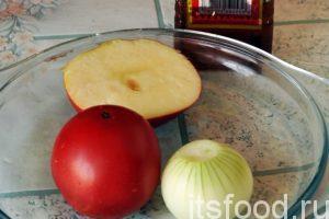 Промываем овощи: помидор и лук. Подготовим половину яблока. В сковородку, где только что обжарилась рыба, добавим чайную ложку китайского кунжутного масла, которое придаст характерный восточный аромат нашему блюду.