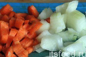 Разогреем растительное масло на сковородке и поместим туда нарезку лука и моркови для обжарки.