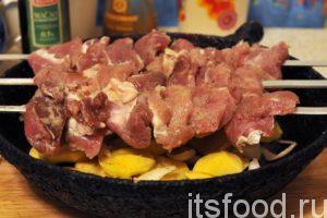 Нанизываем по 6-7 кусочков маринованной свинины на каждый шампур. Если нужно двигаем мясо по шампуру. Критерий один – все мясо должно быть в пределах сковородки.