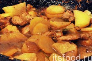 Наливаем в сковородку 1 стакан воды, добавляем соль, лавровый лист и черный молотый перец. Начинаем тушить свеженину до готовности картофеля. От шкварок и жареного лука у нашего блюда появляется характерный цветовой оттенок. Картофель постепенно пропитывается божественным ароматом и соками свежего мяса.