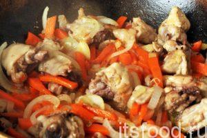 Обжариваем курицу, морковь и лук до готовности, примерно 15 минут. Пережаривать эти компоненты, наподобие узбекского зирвака не нужно. Мысленно мы не в Ферганской долине, а где-то далеко, на островах Восходящего солнца. Затем добавим в сковородку половину стакана воды.