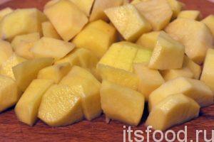 Нарежем очищенный и еще раз промытый картофель на средние кубики (супового размера) и добавим нарезку в сотейник. Сразу вслед за картофелем добавим туда сметану, разведенную в половине стакана воды, соль, сушеные приправы и черный молотый перец.