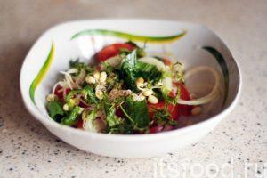 Добавляем в салат растительное масло и нарезку острого зеленого перца. Добавляем одну треть стакана пророщенной фасоли маш, немного соли и молотого черного перца. Слегка и небрежно перемешиваем эту красоту. Салат с ростками фасоли маш готов.