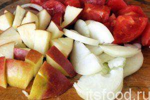 Режем яблоко, лук и помидор. Высыпаем нарезку на сковороду. Возвращаем сковородку на средний огонь и обжариваем овощи.