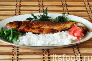 Жареный хариус готов. Раскладываем рис и хариусов в целом виде по удлиненным порционным тарелкам. Украшаем веточками укропа и нарезанным зеленым луком. Маринованный имбирь придаст блюду восточный колорит. Не помешает и хороший соевый соус. К этому блюду хорошо подать соленые овощи или грибы.