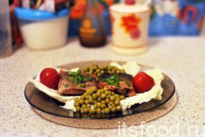 Возьмем большие плоские тарелки и разместим на них листья пекинского салата. Добавляем по чайной ложке жареного лука и накрываем его кусочками жареной рыбы. На гарнир можно добавить все, что угодно, начиная от зеленого горшка до отварного картофеля. Украшаем жареную красную рыбу нарезкой зеленого лука. Можно добавить маринованные томаты.