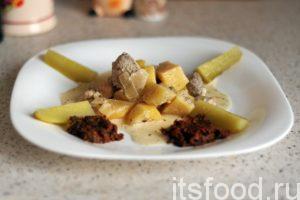Тушим картошку со свининой на сковороде до готовности картофеля (еще 10-15 минут). Снимаем сотейник с огня. Картошка с мясом на сковороде в сметане по деревенским мотивам готова. Выкладываем картофель с мясом на порционные тарелки. Поливаем блюдо сметано-луковым подливом. Маринованные огурчики будут весьма кстати. Можно украсить блюдо домашней аджикой.