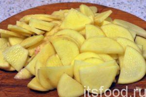 Пока идет процесс обжаривания кусочков куриной грудки, нарежем второй главный компонент блюда (картофель) на тонкие пластики.