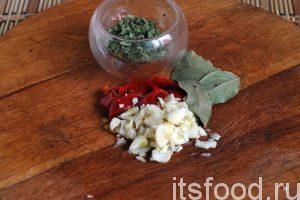 Высыпаем в борщ различные сухие овощные приправы (хмели-сунели, или другая сушеная зелень, которая подходит для этого). Режем острый перец на кусочки и добавляем в борщ. За 3 минуты до выключения огня добавляем лавровый лист и давленный или резаный чеснок. Снимаем кастрюлю с борщом с огня и накрываем ее крышкой.