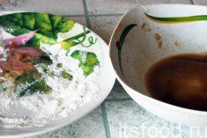 Остатки соевого соуса, в котором мариновалась рыба, смешиваем с остатками карамельной смеси, добавляем немного воды и перемешиваем.